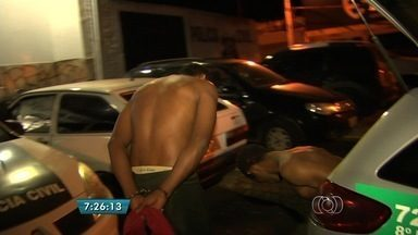 Quadrilha é presa após invadir casa em Aparecida de Goiânia - Uma quadrilha foi presa na madrugada desta quinta-feira (26) em Aparecida de Goiânia. Os suspeitos foram flagrados logo após invadir uma residência.