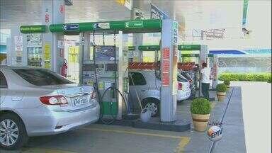 Aumento do preço da gasolina em Valinhos, SP, é de 8,45% - Consumidor que abasteceu em Valinhos (SP) um carro com 45 litros na semana do dia 7 de fevereiro, pagou R$ 132,48 para completar o tanque. Já na semana do dia 21, o consumidor pagou R$ 143,68. Com a diferença o consumidor perdeu 3,5 litros de combustível.