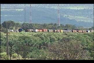 Protesto de caminhoneiros bloqueia BR-050 e causa congestionamento - Paralisação de caminhões acontece na saída de Uberlândia para Araguari. Equipes da PRF e do Corpo de Bombeiros estão no local.