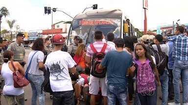 Manifestantes protestam contra reajuste na passagem de ônibus na Praça A, em Goiânia - De acordo com a PM, cerca de 200 pessoas participam do movimento, que questiona o reajuste da passagem para R$ 3,30. Alguns dos manifestantes sentaram em frente ao ônibus para impedir a passagem e fecharam o terminal da Praça A.