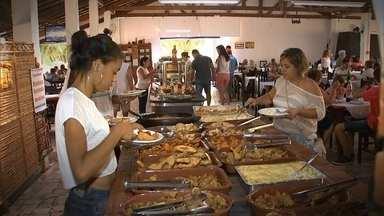 Restaurantes caipiras de SP juntam tradição com natureza - O fogão à lenha faz a boa comida caipira, um sucesso no interior. Veja também um grupo de amigas que se juntou para comemorar 50 anos de formatura.