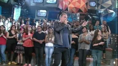Biquíni Cavadão toca grandes sucessos no Altas Horas - Banda se apresenta com 'Livre', 'Vento Ventania' e 'Tédio'