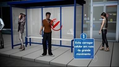 Veja dicas para andar com o celular na rua e evitar furtos - Muita gente tem o celular furtado enquanto atende ligações. Polícia vem registrando esse tipo de ocorrência na orla de Olinda.