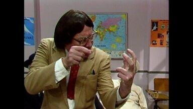Alunos discutem qual é a melhor forma de matar baratas - Professor Raimundo chega, acaba com a conversa e começa a aula