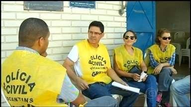 MP-TO entra com ação para que a greve da Polícia Civil seja declarada ilegal - Em Palmas, 200 policiais militares reforçam a segurança nos pontos de ônibus, depois de ataques do fim de semana. A prefeitura determinou a redução da frota à noite. Os que circulam de madrugada são escoltados.