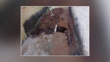 Agentes penitenciários descobrem túnel em cela e evitam fuga de cadeia - Servidores desconfiaram da atitude de detentos e fiscalizaram local. Com cerca de 4 metros de extensão, buraco dava acesso a corredor.