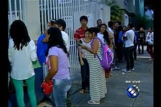 População enfrenta fila para conseguir vaga em cursos de capacitação - Interessados precisam chegar de madrugada e garantir senha.
