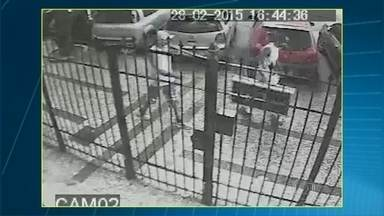 Imagens mostram flagrante de roubo em prédio de Copacabana - As imagens das câmeras de segurança mostram o crime que aconteceu na Rua Dias da Rocha, em Copacabana. A polícia investiga o caso.