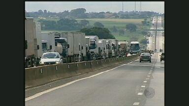 Motoristas de caminhão protestam na Rodovia Raposo Tavares - Eles fecharam a rodovia na altura de Palmital.