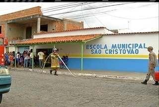 Alunos da Escola São Cristóvão, Cabo Frio, não terão aula nesta terça após o incêndio - Incêndio aconteceu na manhã desta segunda-feira. Cerca de 150 estudantes foram retirados às pressas da unidade.