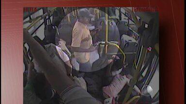Imagens mostram momento em que homem entra em ônibus e mata passageiro a tiros - O crime aconteceu na manhã de segunda-feira (2), em um coletivo da cidade de Vitória da Conquista. A polícia investiga o caso.