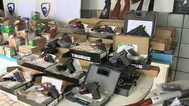 Armas e 20 mil munições são apreendidas em Viana, ES - Três pessoas também foram presas na mesma operação.Organização contrabandeava armas e as passava para criminosos.