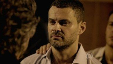 Maurílio acusa Marcão de ser seu cúmplice - José Alfredo orienta Maria Marta a dar continuidade a seu plano. A esposa do Comendador liga para Danielle
