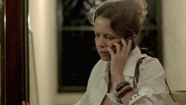 Lorraine fica intrigada com orientações misteriosas de Silviano - Ex-marido de Marta deixa a chave de sua casa para a amiga entrar e pegar um envelope identificado com seu nome
