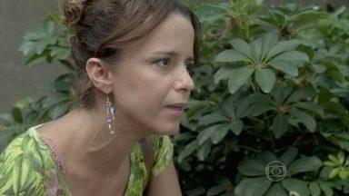 Lorraine fica intrigada com a presença de Zé Pedro na casa de Silviano - Maurílio conversa com um carcereiro. Marta se prepara para viagem a Petrópolis