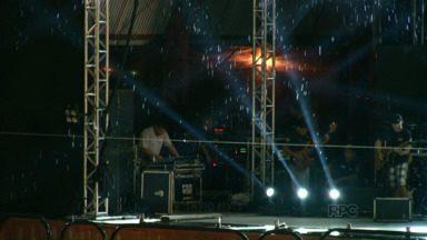 Loubet abre a programação de shows da Expo Umuarama - A chuva fraca não atrapalhou o segundo dia da feira.