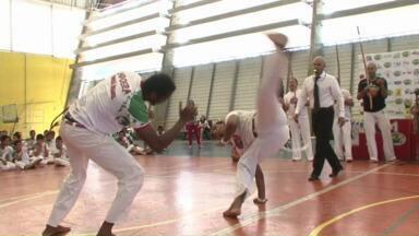Encontro reúne mais de 200 capoeiristas em Paranavaí - Foi hoje à tarde no ginásio do Sesc. Encontro teve participação de alunos de oficinas de luta.