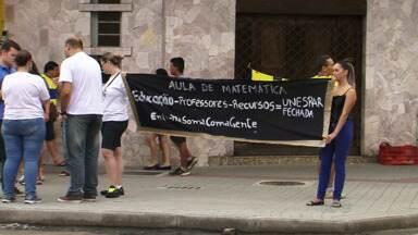 Professores, estudantes e funcionários de Universidades Estaduais protestam - O protesto foi em União da Vitória e em Guarapuava um dia após o Tribunal de Justiça determinar a volta imediata às aulas sob pena de multa diária.