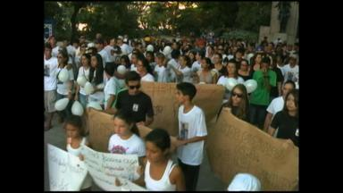 Amigos e familiares pedem justiça após morte de jovem em Rio Grande, RS - Adolescente de 15 anos foi atropelado por um ônibus.