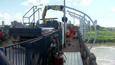 Começam testes de instalação de estruturas metálicas de cobertura nas passarelas - As estruturas com coberturas fazem parte do projeto de revitalização e reforma da Ponte da Amizade.