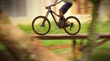 A Capital do DOWNHILL - Por conta da formação montanhosa, São Roque é palco de muitas competições de Mountain Bike e Downhill. Cris Ikeda conhece o Djone, um atleta da modalidade que também constrói algumas pistas para as competições.