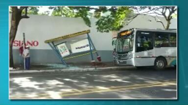 Motorista de ônibus bate em ponto e arranca parte da estrutura no centro de Paranavaí - Abrigo estaria instalado muito perto do meio-fio. Viação vai pagar pelos estragos.