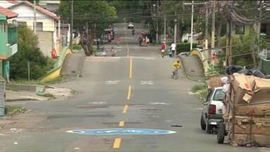 Ciclos azuis em vias de Curitiba sinalizam 'ciclorrotas' - Via será compartilhada entre ciclista e carro, que deverão reduzir a velocidade.