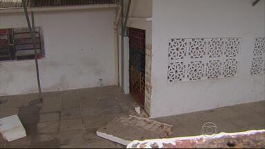 Após morte de criança, escola em Olinda amanhece fechada e com faixa de luto - Muro caiu por cima de um menino de cinco anos. Ele morreu no local.