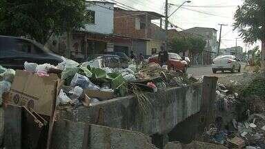 Ruas de Fortaleza acumulam sacos de lixo espalhados - Prefeitura promete regularizar a coleta.