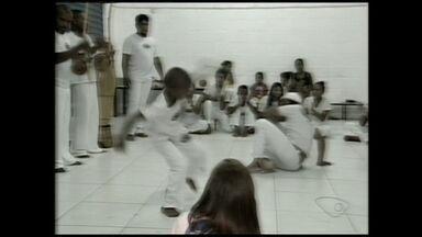 Mestre em capoeira de Linhares, ES, ganha prêmio Berimbau de Outro, na Bahia - Ele usa o esporte para ajudar muitos alunos no estado.