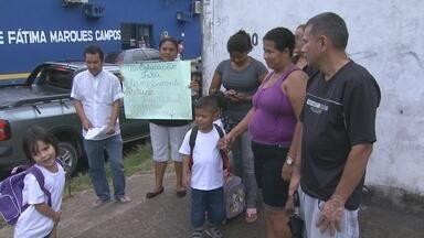 Pais de alunos reclamam de falta de material escolar, em Manaus - Problema é relatado no bairro Tarumã, Zona Oeste da capital.