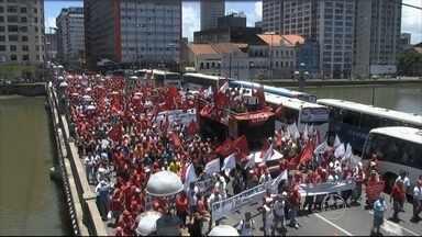 Centenas de pessoas fazem passeata no Recife em defesa da democracia e da Petrobras - Manifestação foi convocada pelas centrais sindicais.