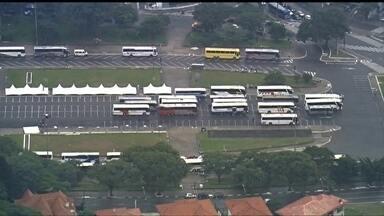 Praça Charles Muller vira um grande estacionamento de ônibus - Pelo menos 40 passaram a tarde estacionados lá. Os ônibus foram fornecidos pela CUT para o transporte dos manifestantes de outras cidades do interior e da região metropolitana.