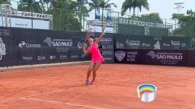 Projeto social ensina tênis em escolas de São José dos Campos - Estudantes participam de projeto e podem ganhar bolsa em escola de tênis.