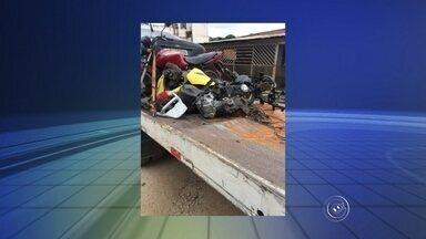 Adolescentes são detidos suspeitos de manter desmanche em Sorocaba - Três adolescentes foram detidos suspeitos de manter um desmanche de veículos em Sorocaba (SP). Uma menina de 17 anos e dois rapazes, de 18 e 19, foram flagrados quando desmontavam um carro que havia sido furtado.