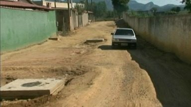 Drenagem e pavimentação em bairros de Jerônimo Monteiro estão paradas, no ES - A situação fica cada vez pior de acordo com moradores.