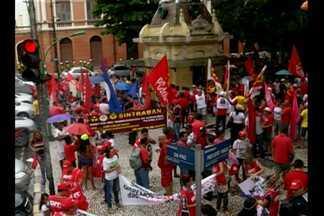 Ato reúne centenas de manifestantes em Belém - Manifestação em defesa da democracia foi organizada pela CUT.