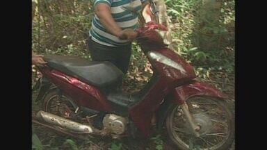 Três pessoas são presas suspeitas de furto e receptação, em Guajará-Mirim - Duas motos foram recuperadas, uma delas foi encontrada em uma mata fechada.