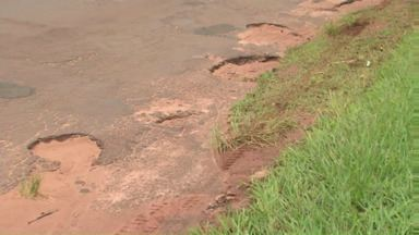 Perigo no trecho! Estradas em Cianorte esperam verba do estado para obras - Locais estão cheios de buracos. Conserto provisório vai embora com a chuva.