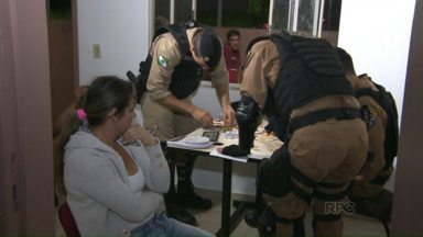 Mulher é presa vendendo droga em Foz - E dois homens e um menor foram presos suspeitos de assalto
