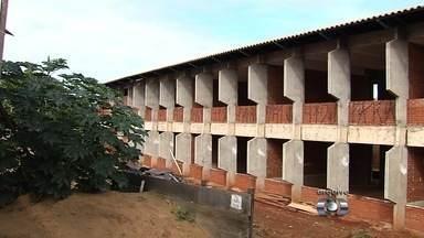 Comunidade espera há anos por conclusão da construção de escola em Goiânia - Moradores do Jardim Curitiba denunciam que a obra está parada.