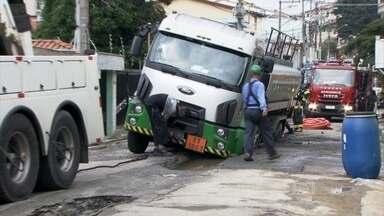 Caminhão com 20 mil litros de combustível afunda em rua de SP - Um caminhão com 20 mil litros de combustível afundou na manhã de sábado (14), em uma rua da Vila Alpina, na zona leste, onde a Sabesp faz uma obra na rede de esgoto. Na madrugada, um micro-ônibus já tinha atolado no local.