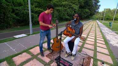 Timbó conhece o multi-instrumentista Alexi Jazz - Alexi é um músico com um trabalho super autêntico, que consiste em gravar os instrumentos separadamente e depois toca-los ao mesmo tempo com auxílio de uma pedaleira.