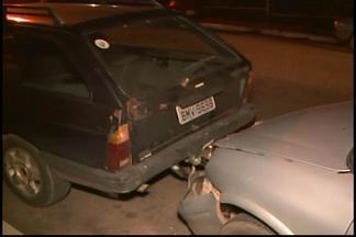 Ladrão rouba carro e bate veículo durante fuga em Divinópolis - Automóvel foi roubado na região central. Suspeito ficou ferido e foi levado para a UPA da cidade.