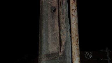 Poste com estrutura danificada e ferros à mostra ameaça cair - Poste com estrutura danificada e ferros à mostra ameaça cair.