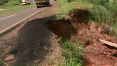 Erosão na PR-323 preocupa motoristas - O buraco na PR-323 na saída de Umuarama pra Maringá foi causado pela erosão e está invadindo a pista.