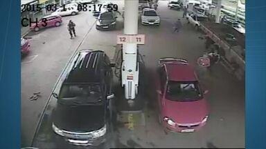Assaltante atinge seis veículos com carro roubado no DF - Em São Sebastião, um jovem de 19 anos roubou um carro e na fuga atingiu seis veículos que estavam em um posto de gasolina.