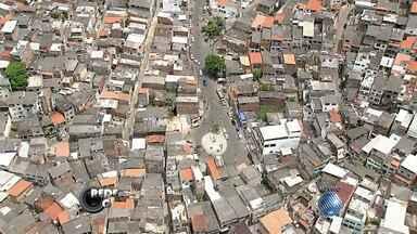 Ônibus não circulam no Vale das Pedrinhas, em Salvador, nesta segunda - Os rodoviários decidiram suspender a circulação de coletivos no bairro após um ônibus ser queimado na região durante um protesto. A PM informou que a segurança foi reforçada.