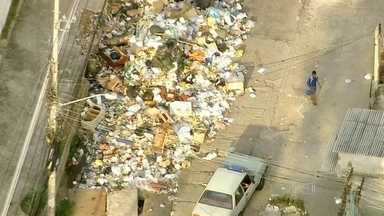 Greve de garis da Comlurb chega ao quarto dia - Flagrantes feitos na manhã de segunda-feira (16) mostram ruas com lixo acumulado em vários bairros. Representantes do sindicato tentam avançar com as negociações.