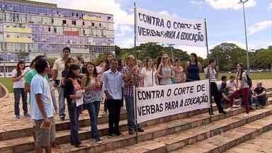 Professores e alunos do Instituto de Ciências Biológicas da UFMG fizeram protesto hoje - Segundo os organizadores da manifestação, eles não aceitam os cortes de verbas que têm sido feitos.